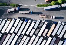 Camions sur aire de repos