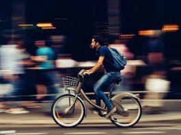 Homme à vélo en libre-service