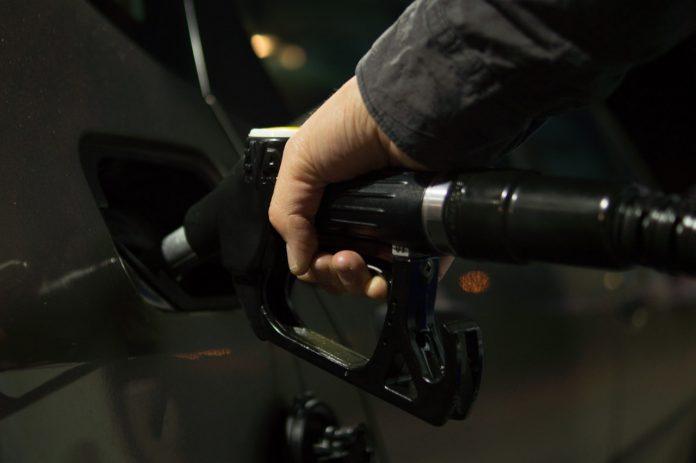 Main qui remplit un réservoir d'essence