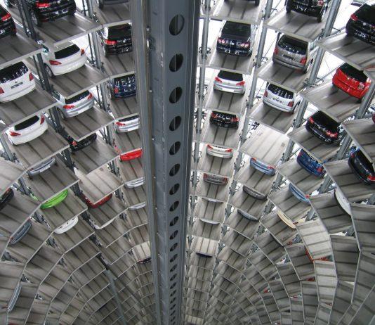 Colonne de voitures entreposées