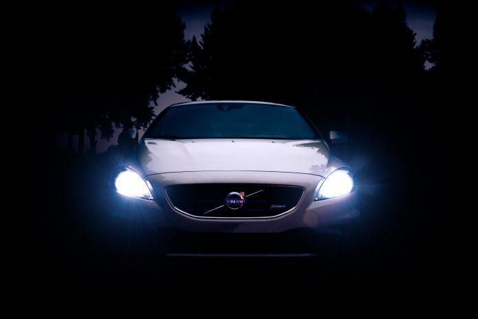 Volvo de face dans la nuit