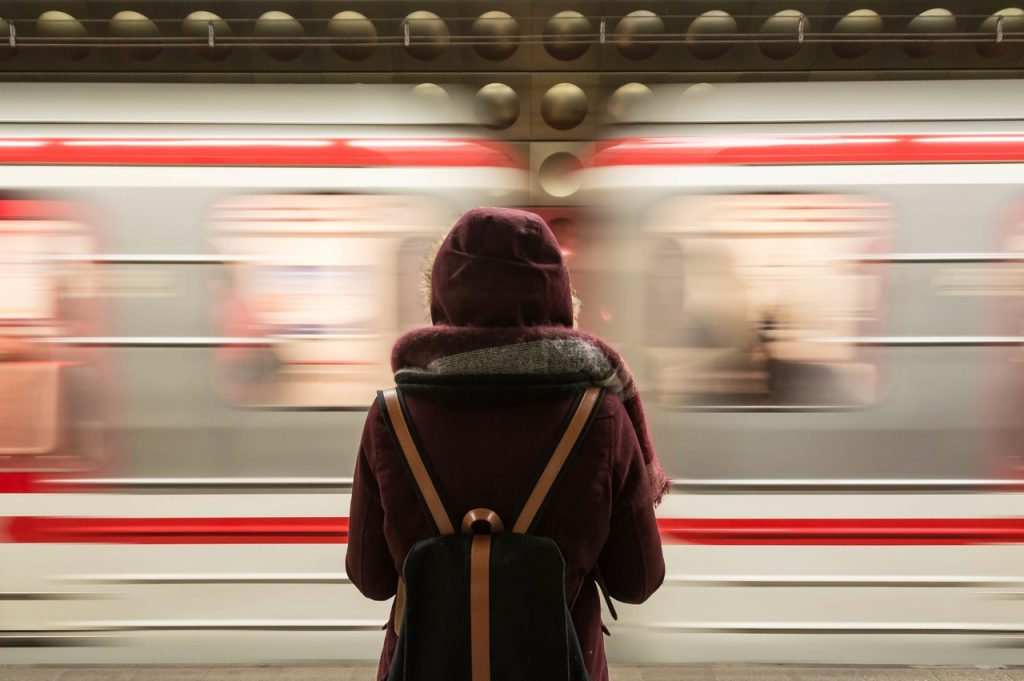 Personne qui attend le métro