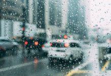 Voitures derrière une vitre sous la pluie