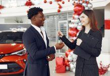 Deux personnes qui discutent dans un garage
