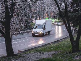 Camionnette sur une route