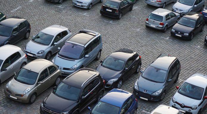 Parking avec voitures garées