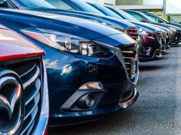 Devants de voitures garées